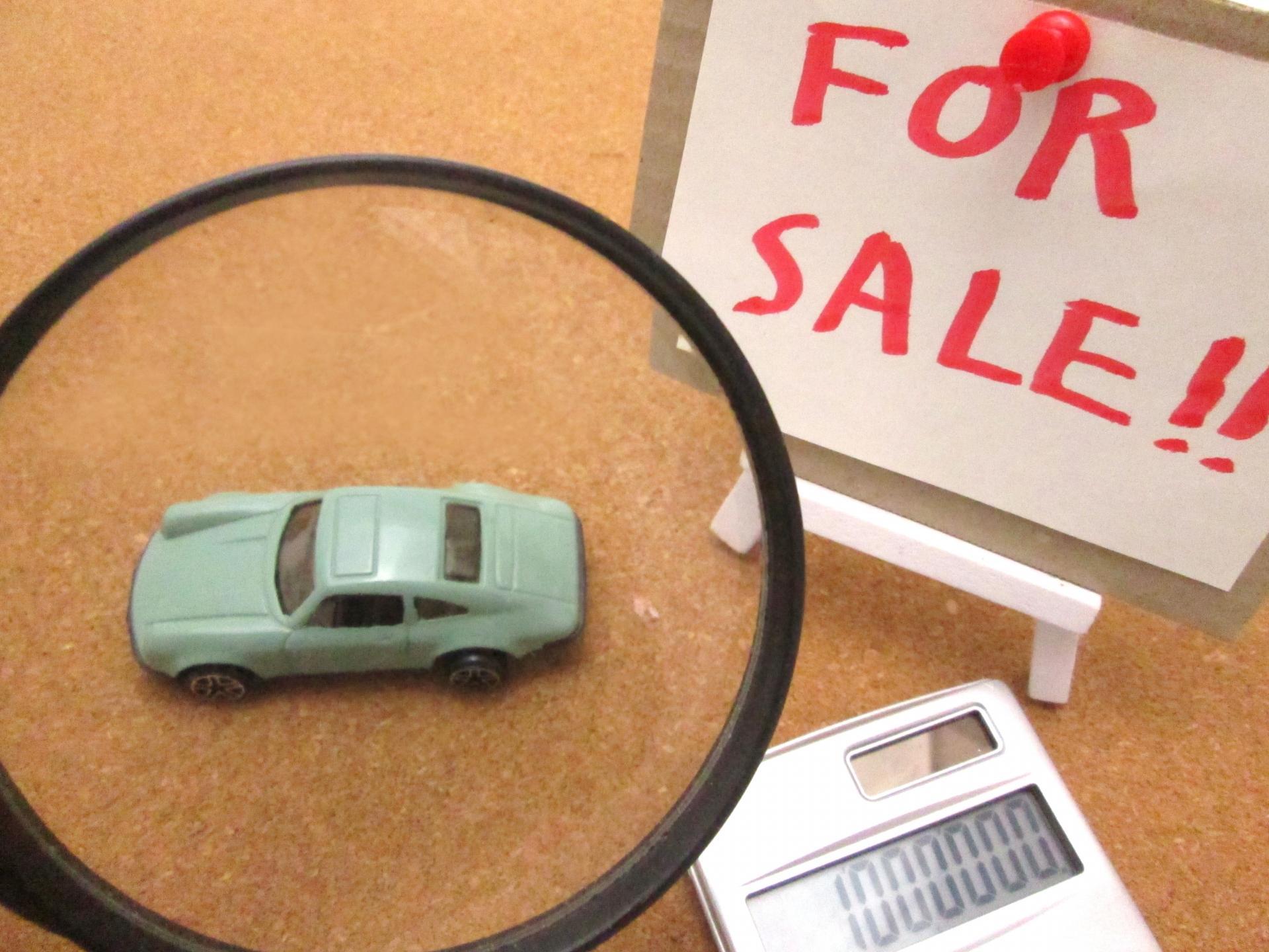 おもちゃの車と電卓と看板