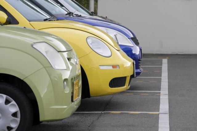 駐車場に停められた数台の車