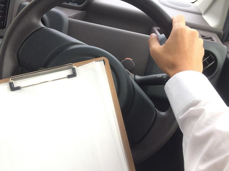 メモを携帯しながら運転する男性