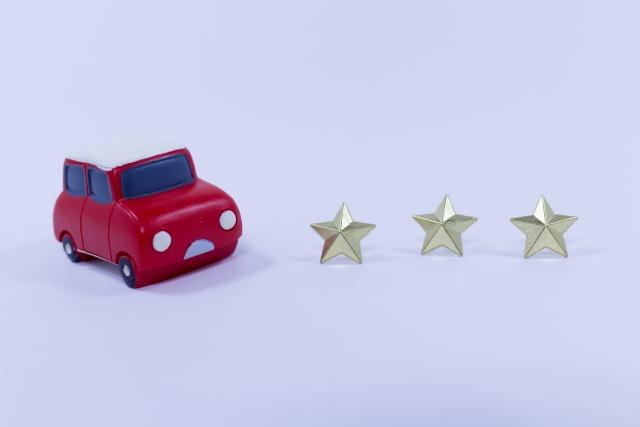 赤いおもちゃのミニカーと3つの星