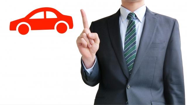 スーツの男性と車のマーク