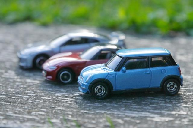 3台並べられたおもちゃのミニカー