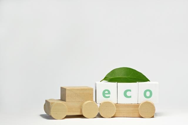 ecoのブロックを運ぶ木製の汽車