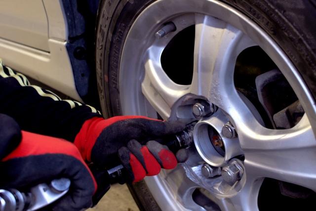 タイヤの交換をする整備士