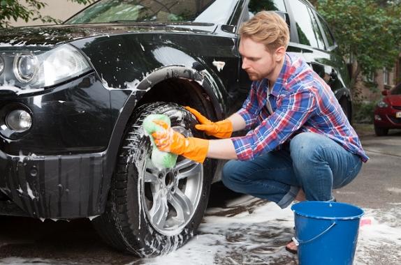 洗車をする外国人男性
