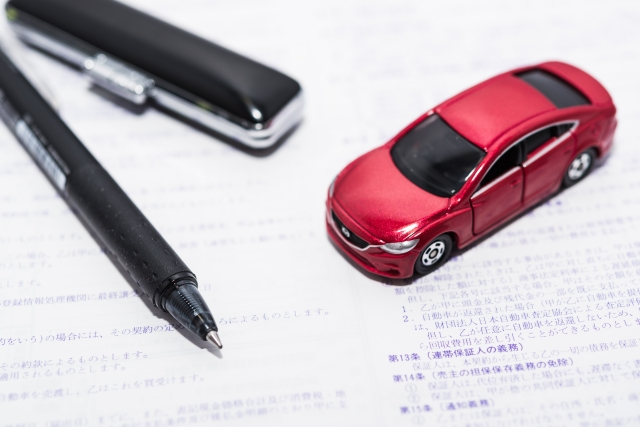 ミニチュアの車と書類と印鑑
