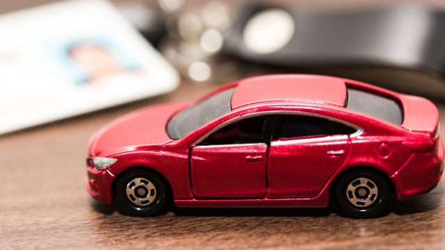 赤いミニチュアの車