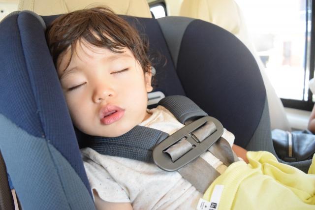 チャイルドシートで眠る子供