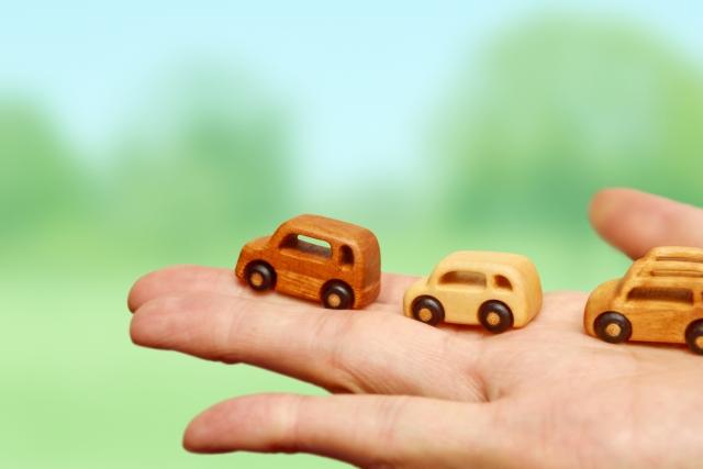 手のひらにのる木製のミニカー