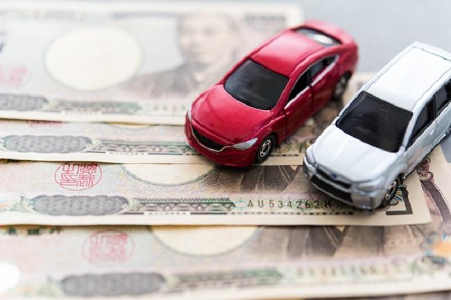 2つのミニカーと紙幣