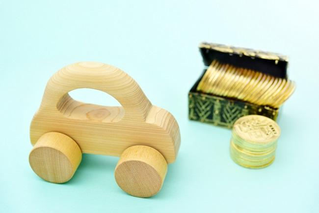 木製の車と金貨