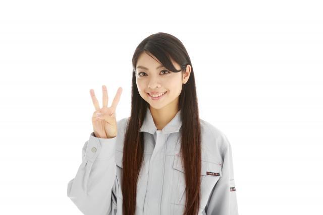 手で数字を作る女性