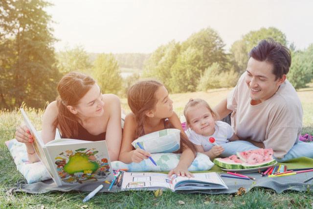 公園で楽しむ家族