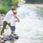 釣りをする家族