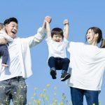 公園で遊ぶ家族