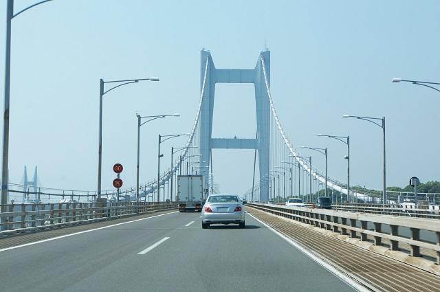 橋を走行する車