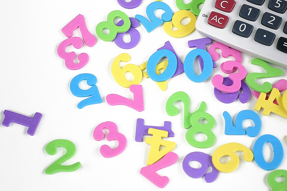 電卓と数字のピース