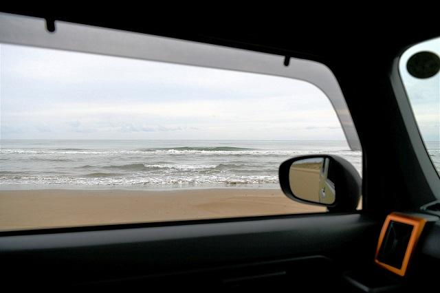 浜辺に止まる車からの風景