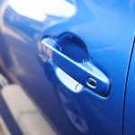 青い車の扉