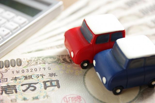 おもちゃの車と電卓とお金