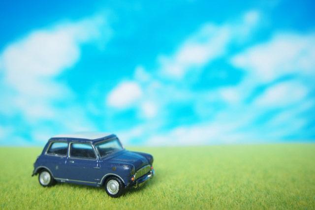 青空の中 車の模型