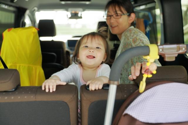 後部座席に座る母親と子供