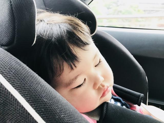 ベビーシートで眠る子供