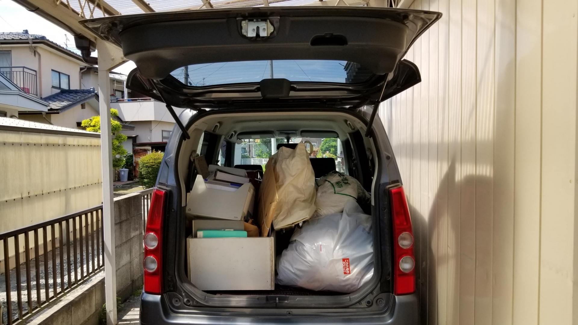 車のトランクに積まれた荷物