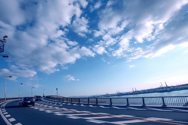 海沿いをドライブする車