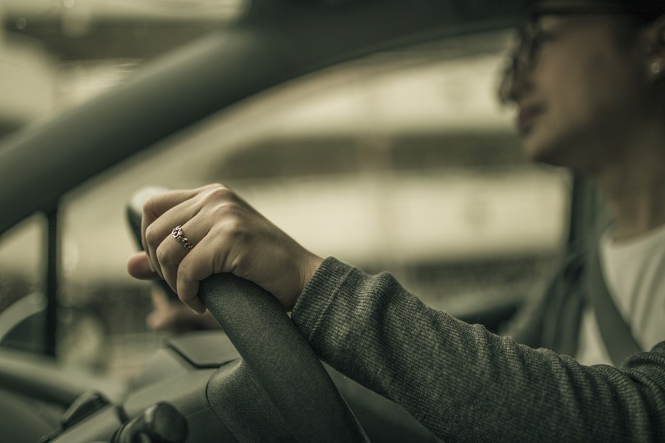 運転をする女性の手元