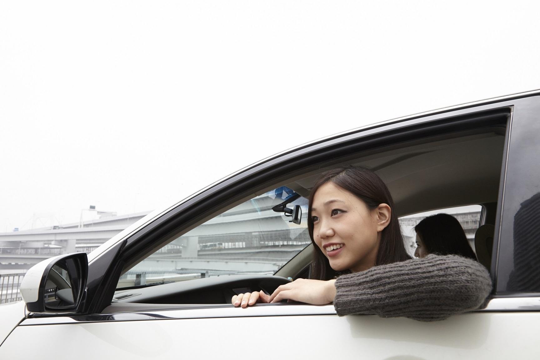 助手席に乗るドライブ中の女性