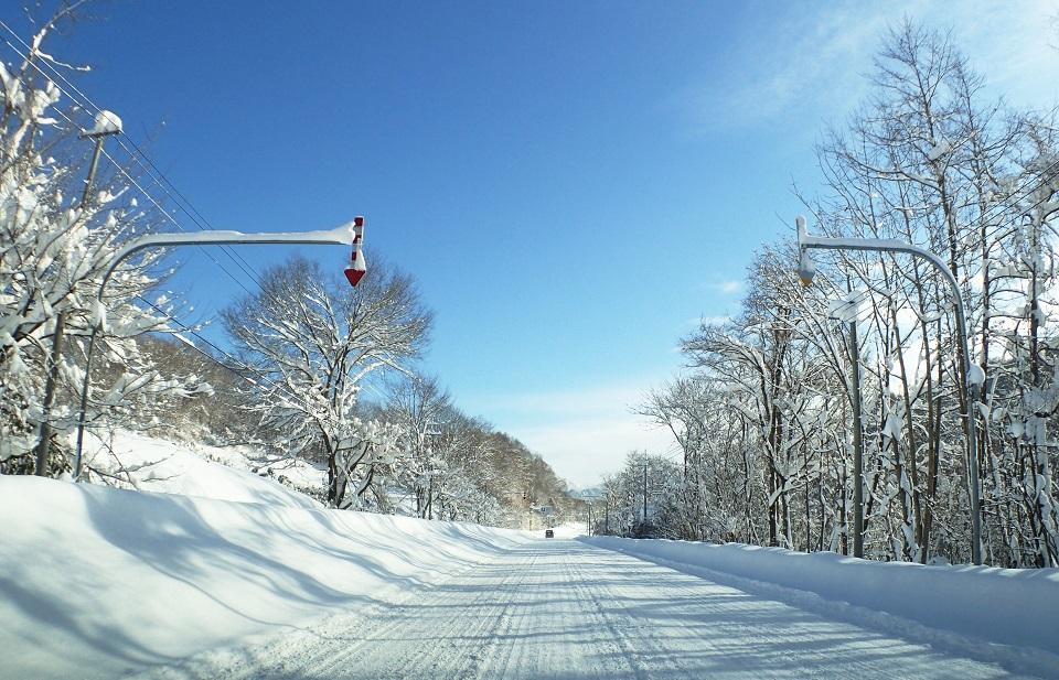 積雪した冬の道路