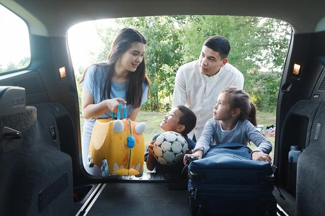 車から荷物を出す外国人家族