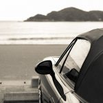 海岸に停まるスポーツカー