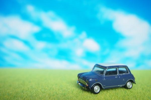 草原を走るミニチュアの車