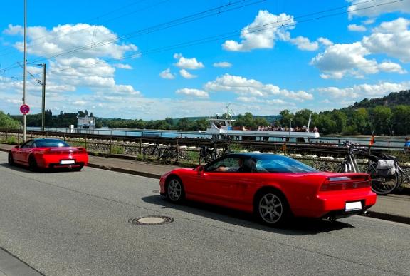 走行する2台の赤いスポーツカー