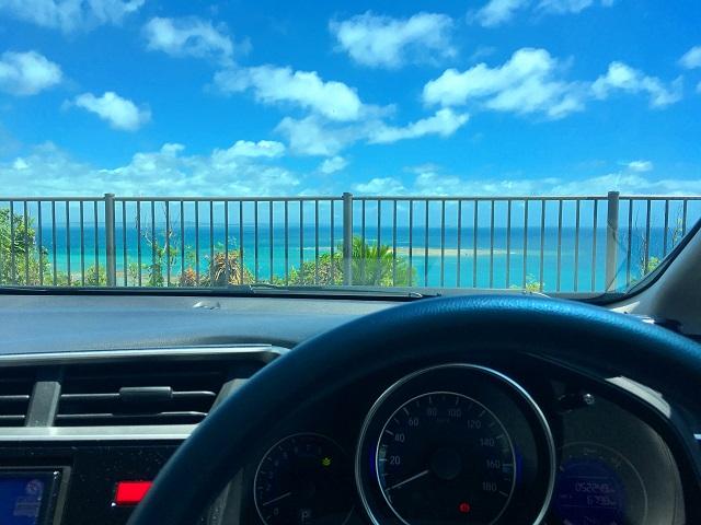 海辺をドライブする車の運転席