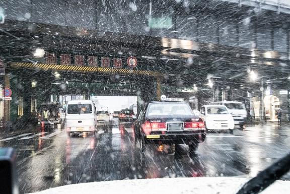 雪で混雑する道路状況