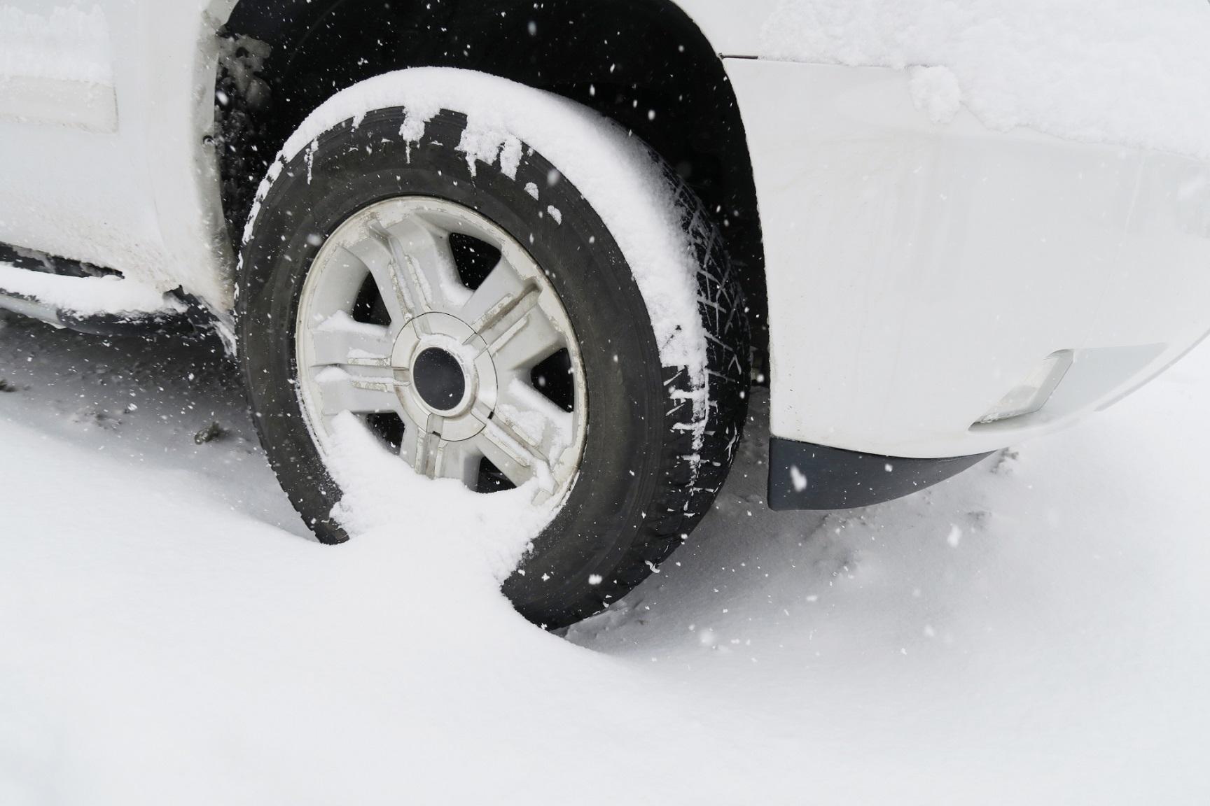 雪道と車のタイヤ