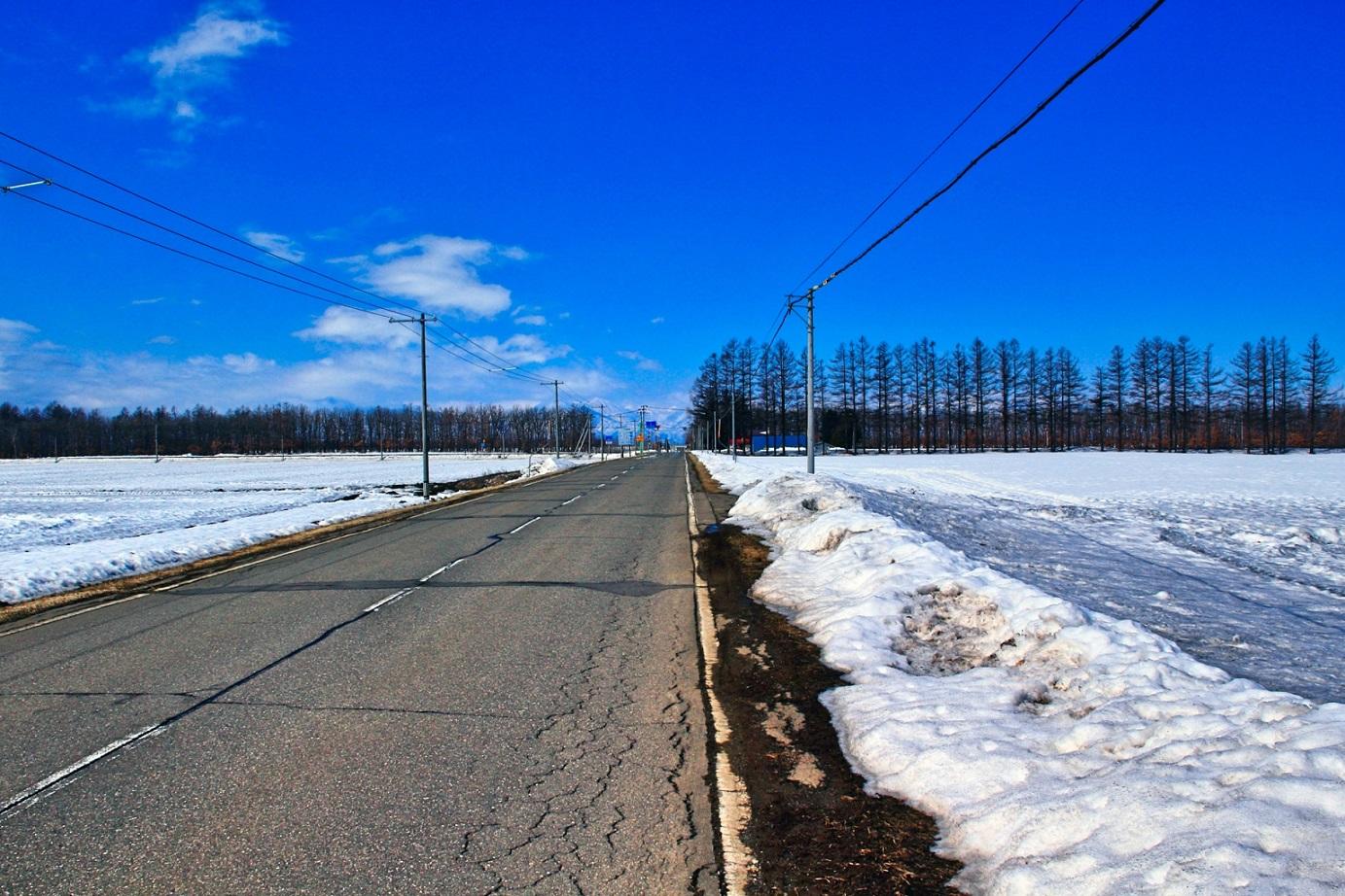 冬の道路と青空