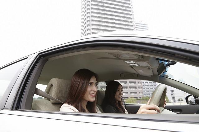 ドライブする二人の女性