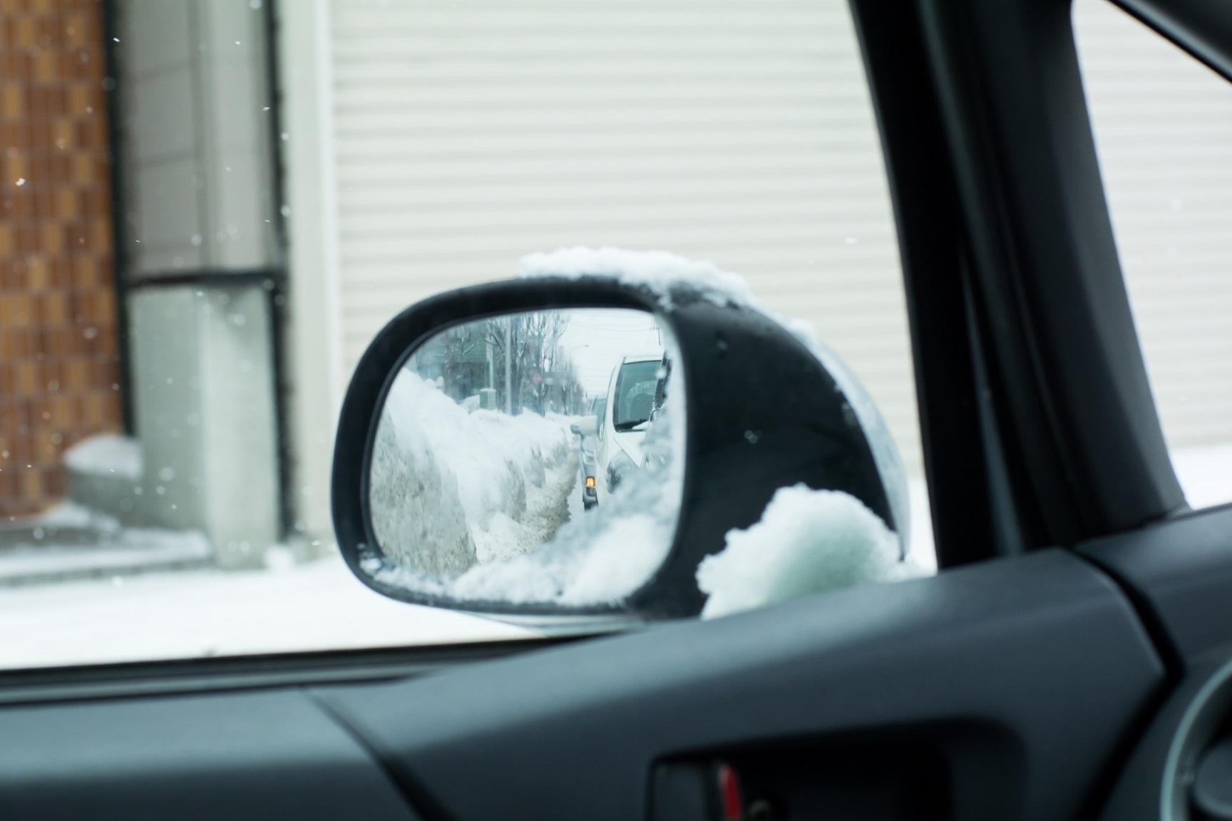 雪道の車のサイドミラー