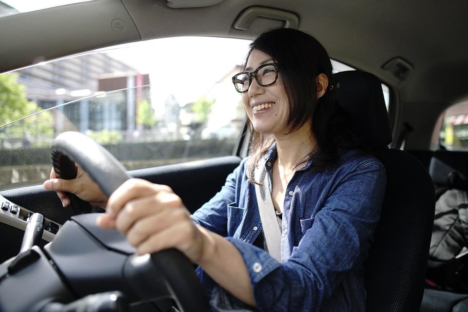 楽しそうに運転する女性