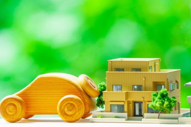 木製の車と家の模型